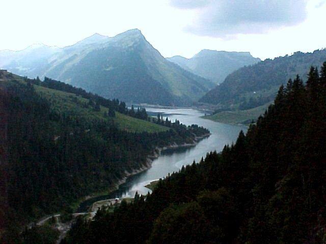 Lac_de_lHongrin_WikimediaCommons