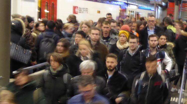 Uebervölkerung Verkehrsspitze Bahnhof hpg.