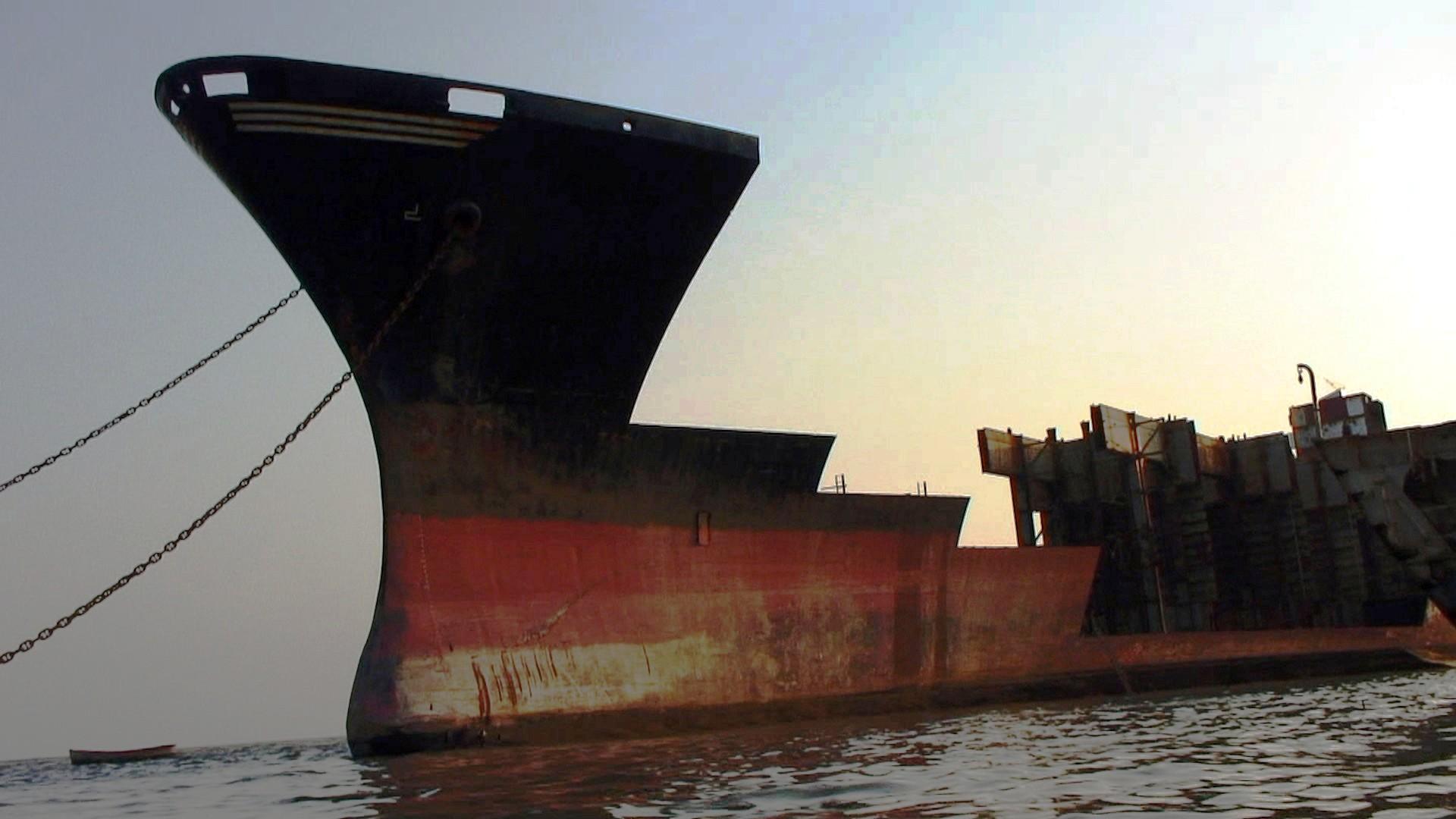 800px-Jafrabad_Chittagong_shipbreaking_(6)