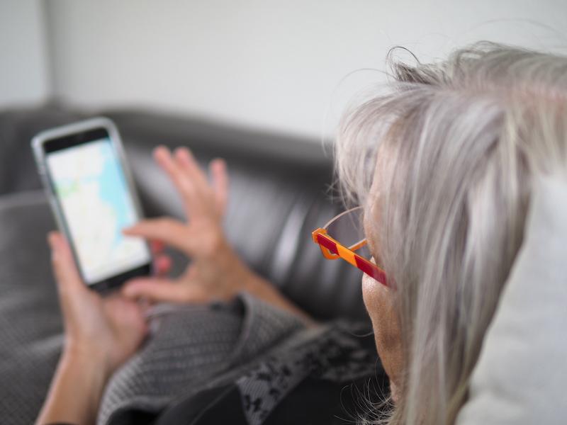 Frau tippt ins Smartphone